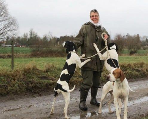Anne-Marie er glad sammen med tre af Villestofte hundene
